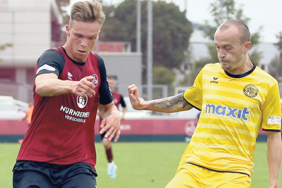Ein neuer Stürmer für die Himmelblauen? Der Nürnberger Tobias Stoßberger (20, l., hier gegen Alexander Piller (27) von der SpVgg Bayreuth) spielt derzeit beim CFC vor.