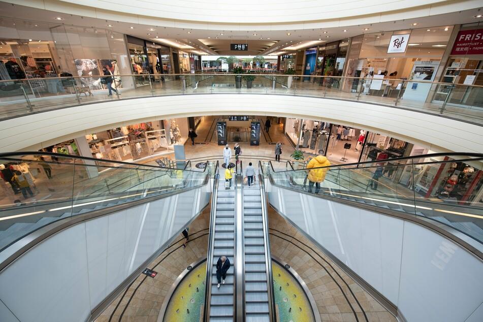 Nur wenige Besucher gehen durch ein Einkaufszentrum.