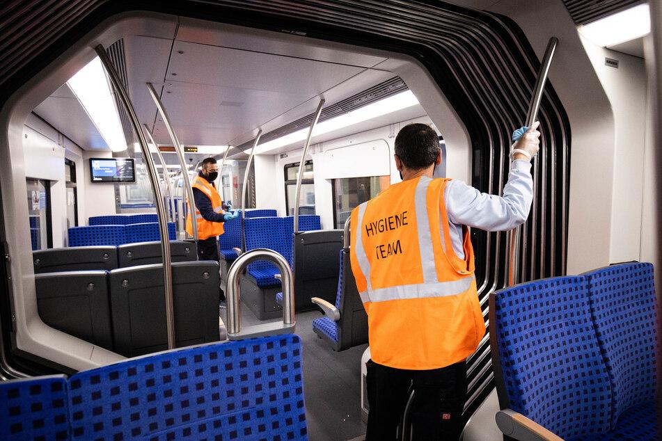 Nach und nach füllen sich Züge und Bahnhöfe in Deutschland wieder. Wegen der Ausbreitung des Coronavirus wird dort intensiv gereinigt und desinfiziert.