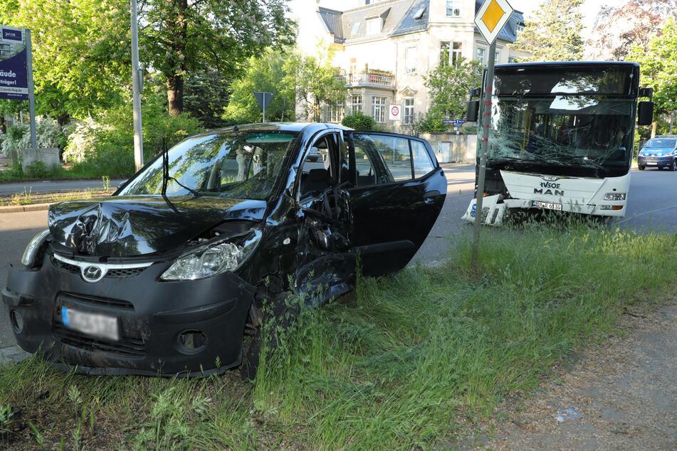 Bus und Hyundai i10 kollidierten - der Kleinwagen krachte dann noch gegen einen Baum.