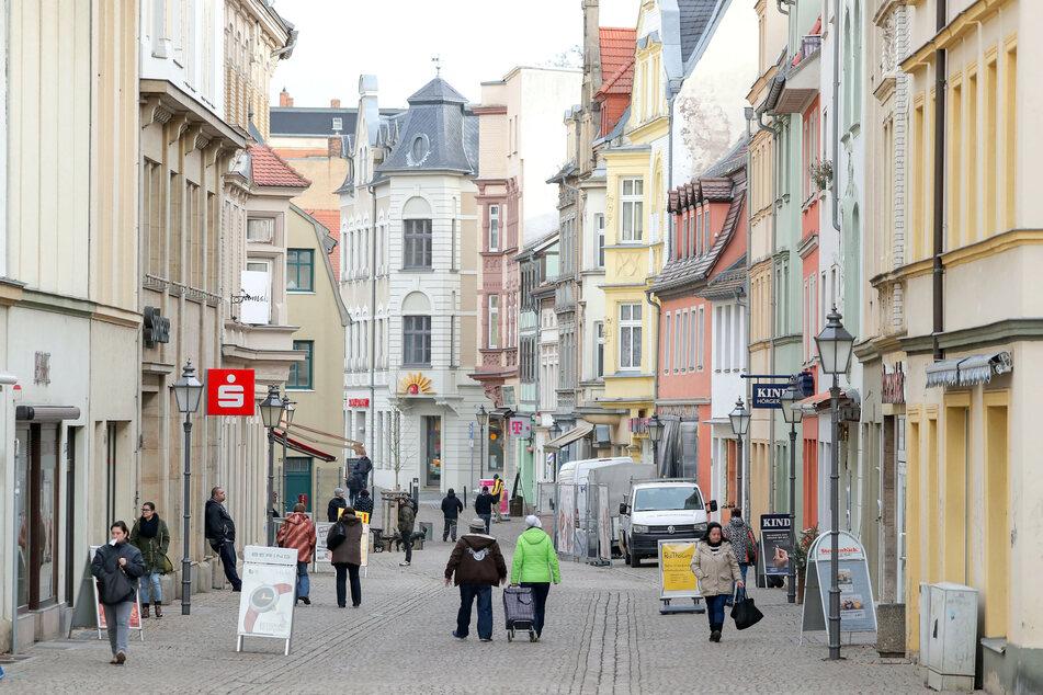 """Blick in die Fußgängerzone """"Roßmarkt"""" in der Zeitzer Innenstadt."""
