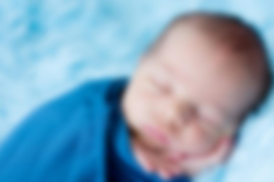 Neugeborenes Baby vor Arztpraxis ausgesetzt: Suche nach Mutter