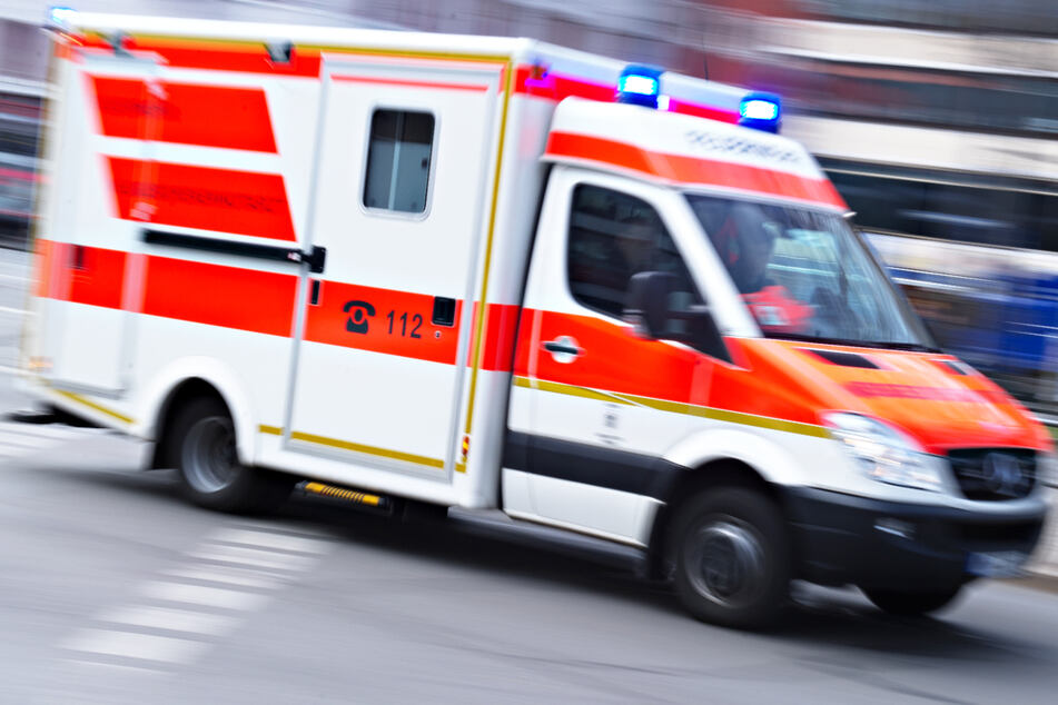 Die Rettungskräfte konnten den Autofahrer nach dem Unfall zwar reanimieren, verloren dann allerdings den Kampf um sein Leben. (Symbolbild)