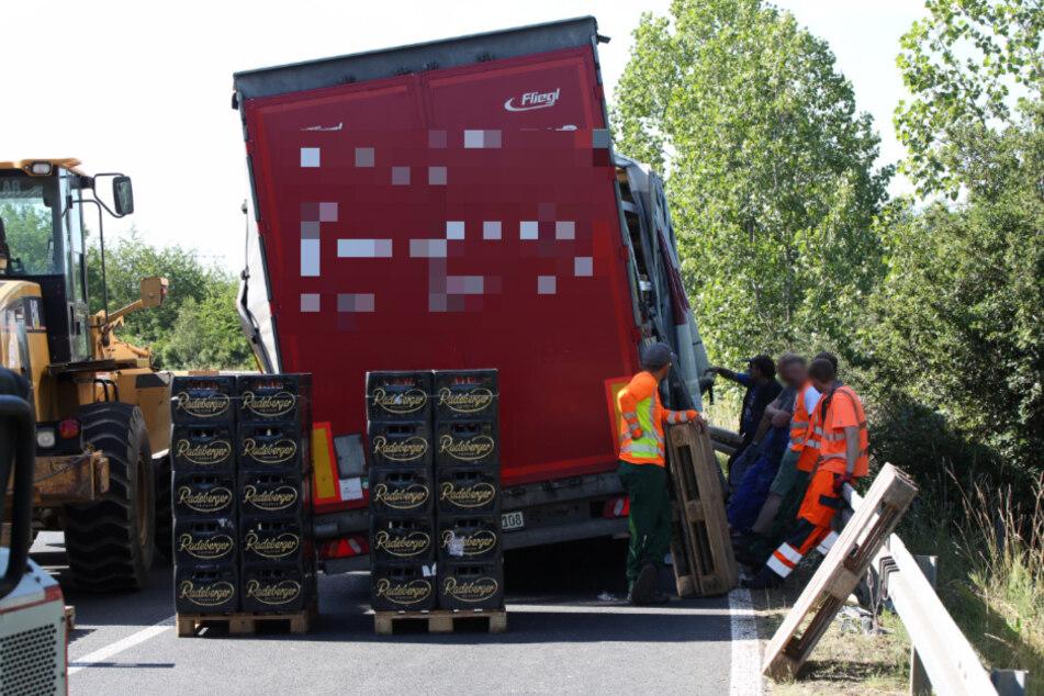 Die Kisten stehen auf der Fahrbahn, der Laster noch deutlich in Schieflage.
