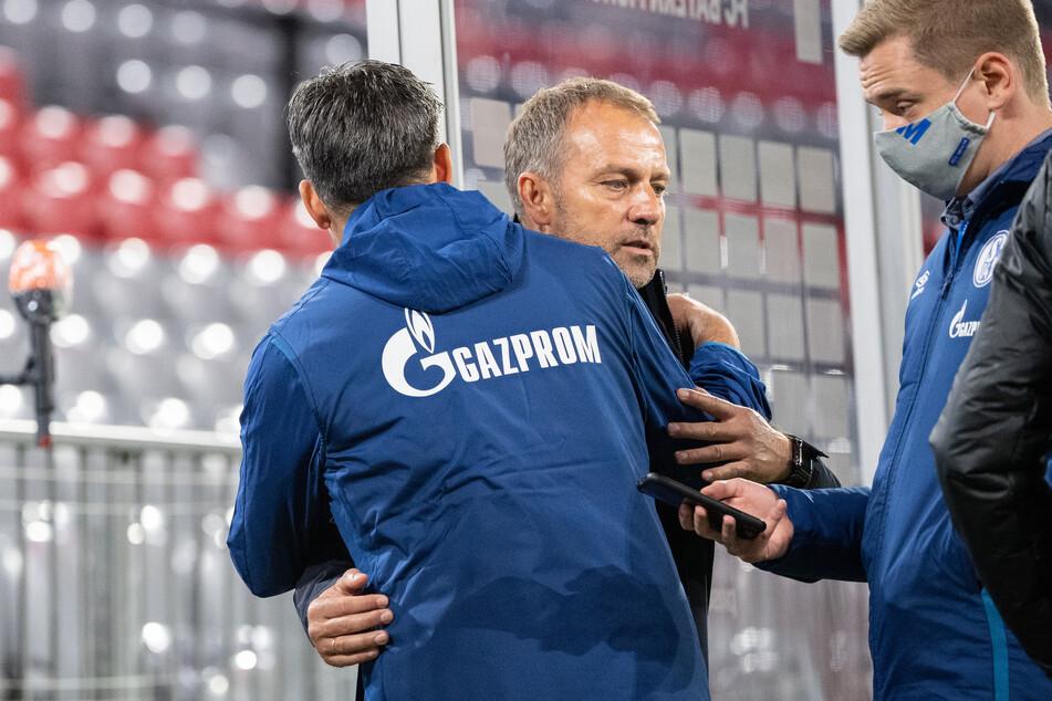1. Spieltag in der Allianz Arena. Trainer David Wagner von Schalke (l) und Trainer Hansi Flick vom FC Bayern München umarmen sich nach dem Spiel.