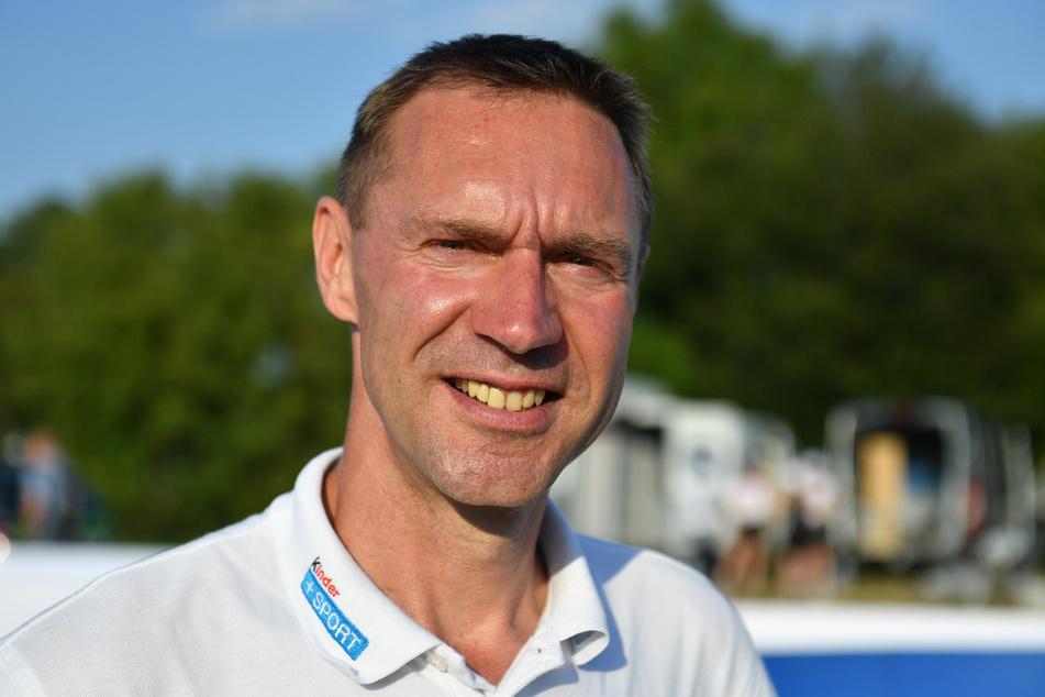"""Der ehemalige deutsche Radrennfahrer Jens Voigt lächelt bei der """"kinder+sport mini tour"""" im Jahr 2019."""