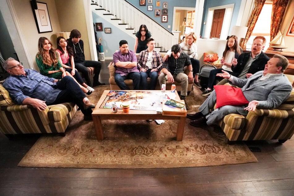 Die gesamte Familie am Wohnzimmer-Tisch der Dunphys.
