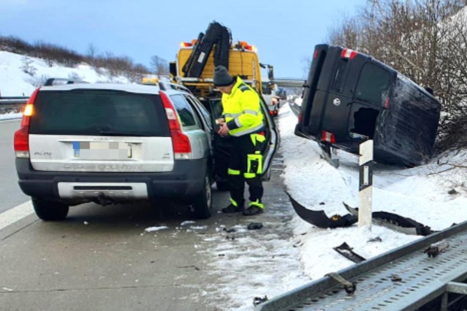 A17-Unfall: Volvo kollidiert mit Anhänger, VW-Bus stürzt in Straßengraben