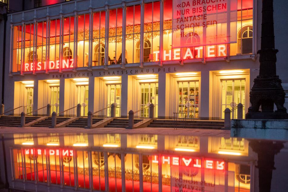 Kultur auf dem Abstellgleis: Die beleuchtete Fassade des aufgrund der Corona-Maßnahmen geschlossenen Residenz-Theaters im Zentrum Münchens.