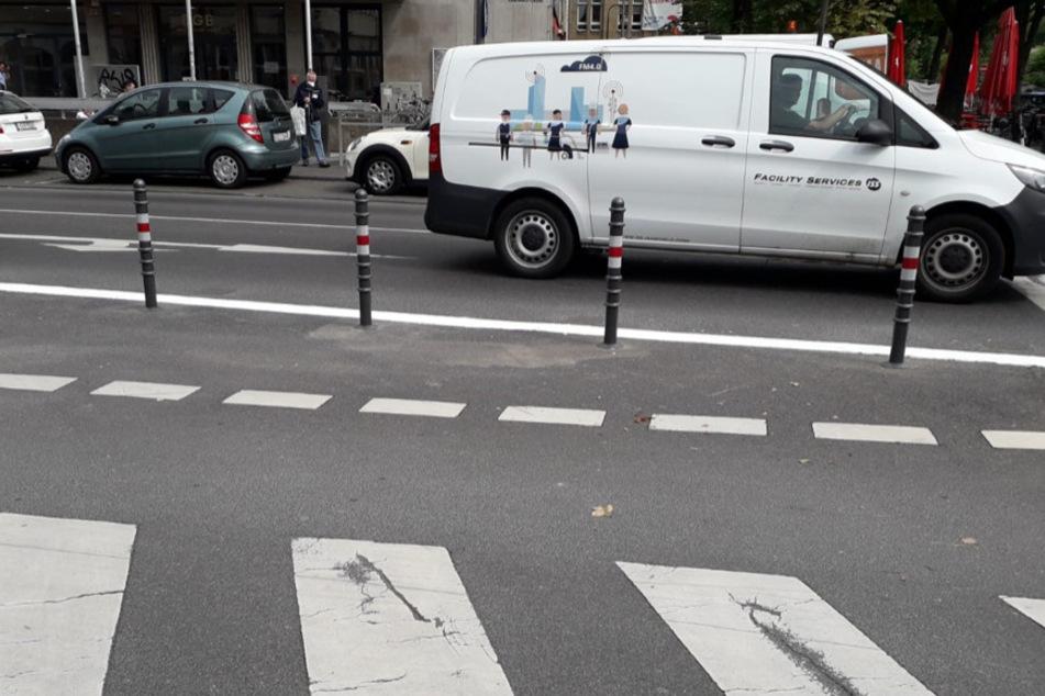 Der bisherige Rechtsabbieger für Autofahrer wurde durch Poller versperrt. Dies gibt Fußgängern und Radfahrern mehr Sicherheit. Die Autos müssen über die Ampelanlage abbiegen, was den Verkehrsfluss verlangsamen kann.