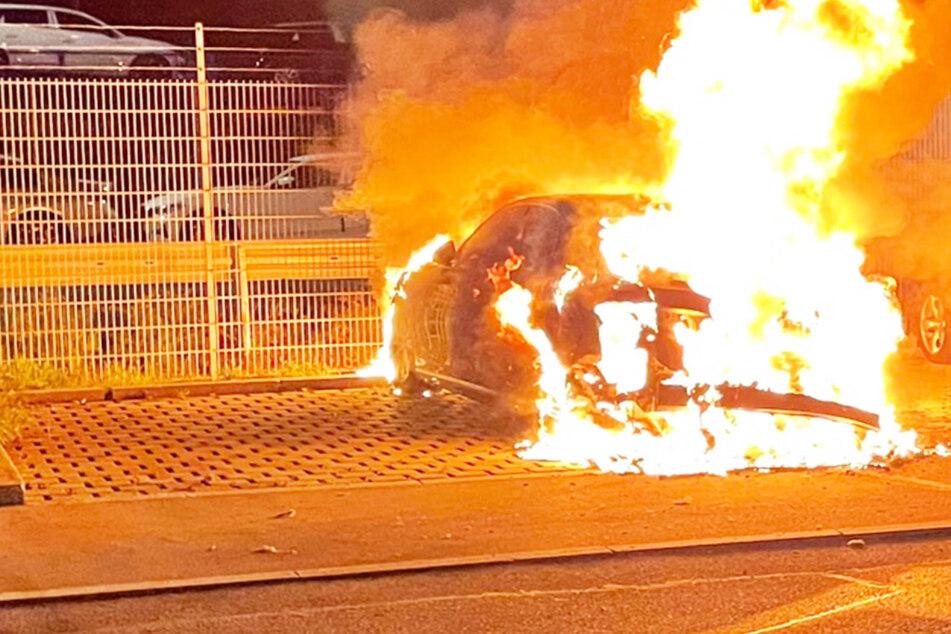 München: Spektakulärer Einsatz: Audi A8 steht in München in Flammen