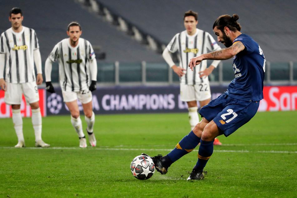 Sergio Oliveira (r.) bringt den FC Porto durch diesen Strafstoß mit 1:0 in Führung. In der Verlängerung erzielte der portugiesische Nationalspieler per Freistoß auch noch das 2:2.