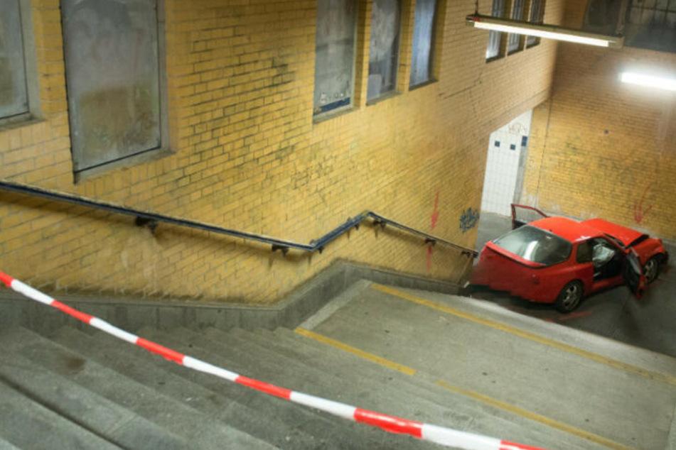 Die Verfolgungsjagd endete abrupt. Passanten hatten sich zum Zeitpunkt des Unfalls zum Glück nicht auf der Treppe aufgehalten.