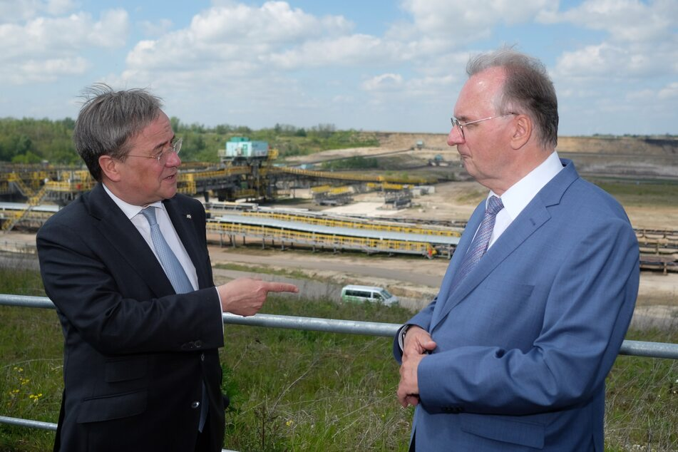 Mit seinem Parteikollegen und Sachsen-Anhalts Ministerpräsident Reiner Haseloff (67) ging es unter anderem zum Braunkohletagebau in Profen (Burgenlandkreis).