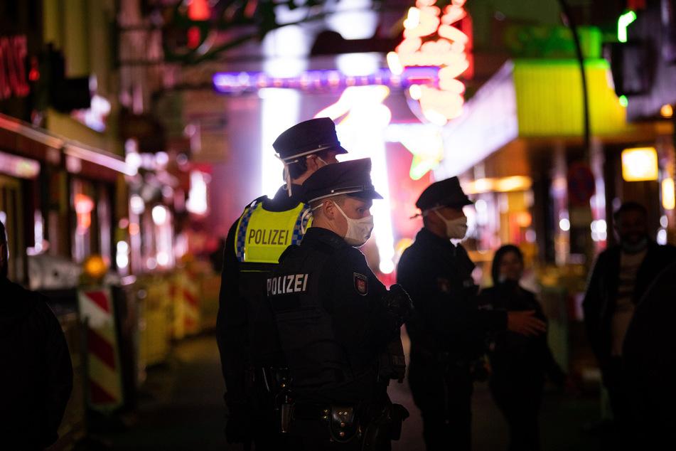 Polizisten kontrollieren die Hamburger Reeperbahn.