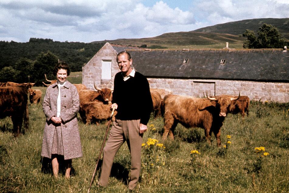 Königin Elizabeth II. und ihr Gatte Prinz Philip während ihrer Silberhochzeit im Jahr 1972 auf einer Farm in Schottland. (Archivbild)