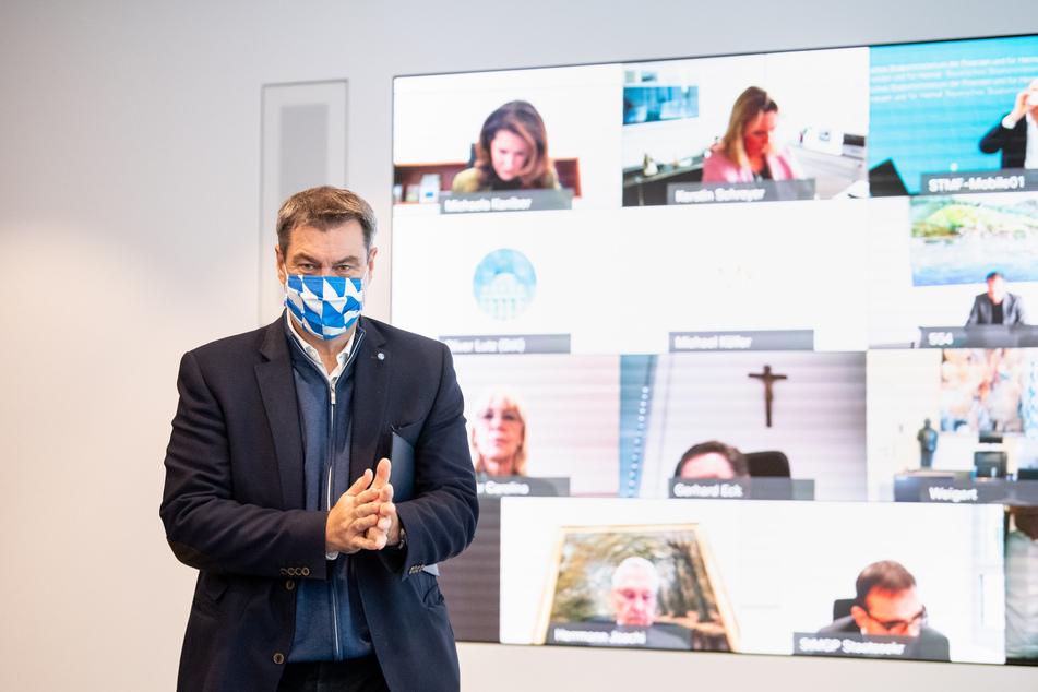 Markus Söder, CSU-Vorsitzender und Ministerpräsident von Bayern, kommt zu Beginn einer Kabinettssitzung zur weiteren Entwicklung in der Corona-Pandemie in der Staatskanzlei in den Saal.