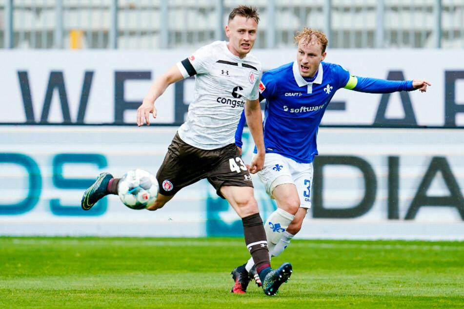Darmstadts Kapitän Fabian Holland (r.) bedrängt St. Paulis Sebastian Ohlsson.