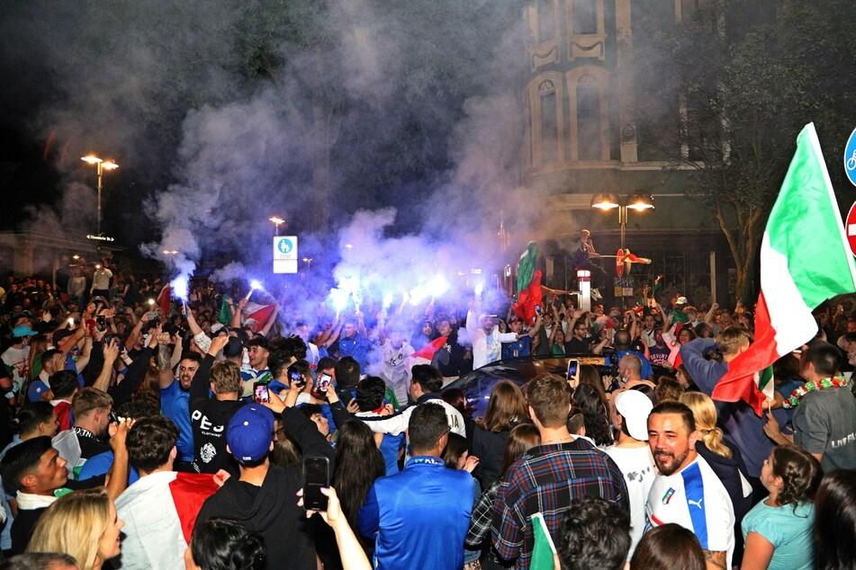 Italien-Fans haben sich am Sonntagabend nach dem Sieg über England versammelt und zusammen gejubelt.