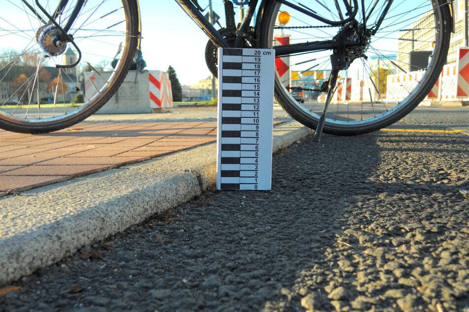 Über diese Bordsteinkante auf dem neuen Radweg am Stefan-Heym-Platz beschwert sich der ADFC.