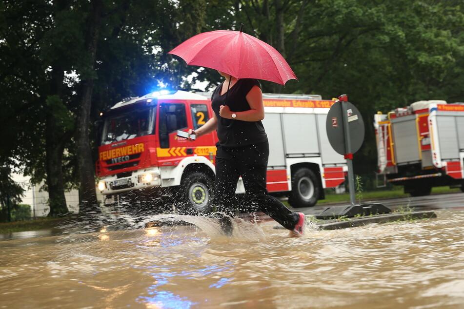Heftige Regenfälle und Unwetter zwangen die Feuerwehr in der Nacht zu zahlreichen Einsätzen. (Symbolbild)