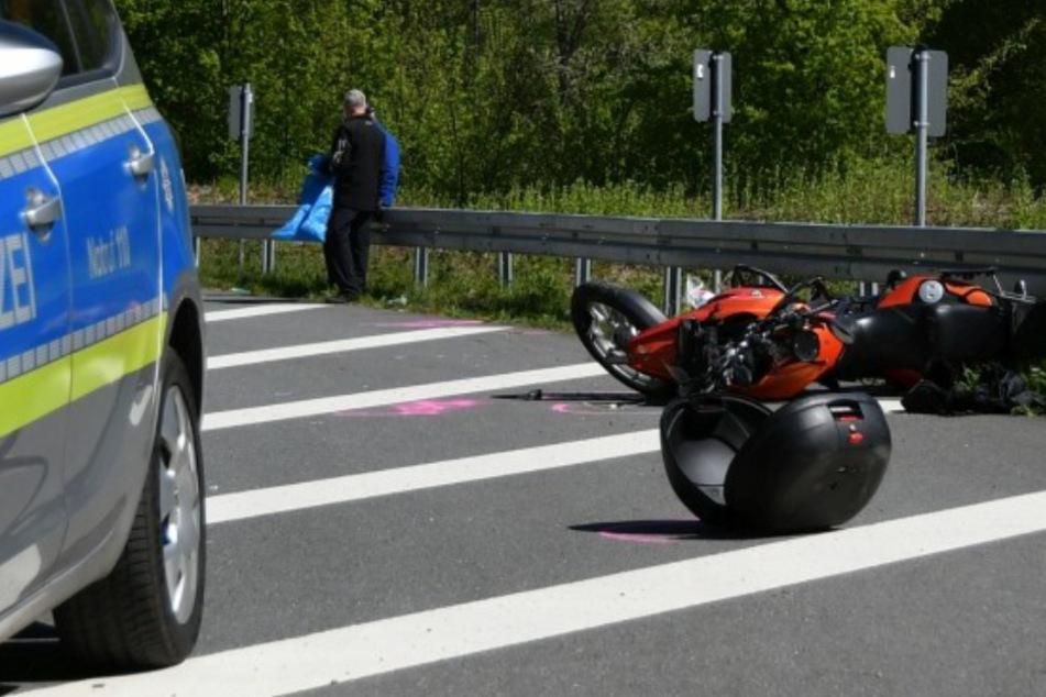 Motorrad kracht auf B45 in Leitplanke: Fahrer stirbt im Krankenhaus