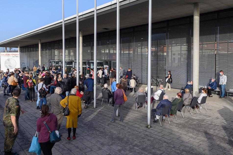 Der Eingang zum Dresdner Impfzentrum - gut besucht. Wegen der stabilen Impfstoffmenge und der Systemumstellung wird es neue Termine geben.