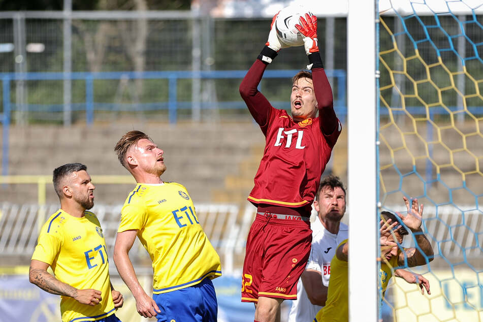 Loks Torwart Fabian Guderitz kann auf einen weiteren Patzer im Rückspiel sicher verzichten.