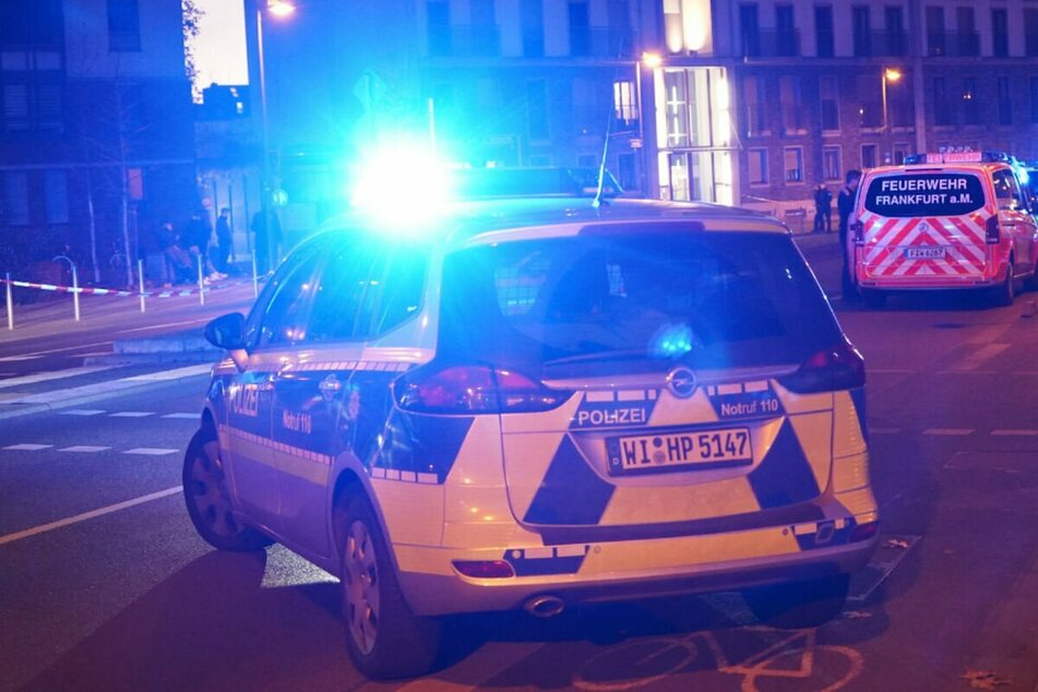 Die Ermittlungen der Polizei zu dem Unfall in Frankfurt dauern an.