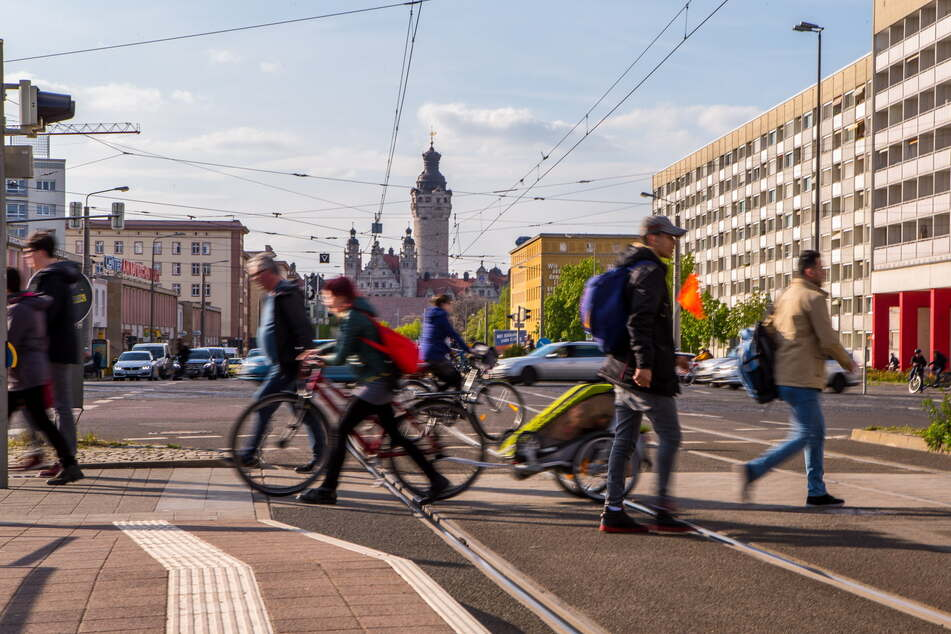 Fußgänger eilen über den Bayerischen Platz in Leipzig. Sie sollen jetzt im Fokus der Verkehrspolitik stehen, unter anderem 100 neue Fußgängerüberwege bekommen.