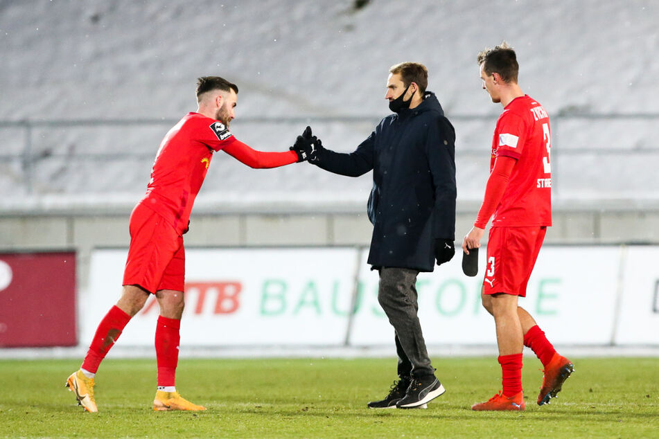 Eine der wichtigsten Aufgaben für FSV-Sportchef Toni Wachsmuth (34, M.) ist es, Torjäger Morris Schröter (25, l.) im Verein zu halten.