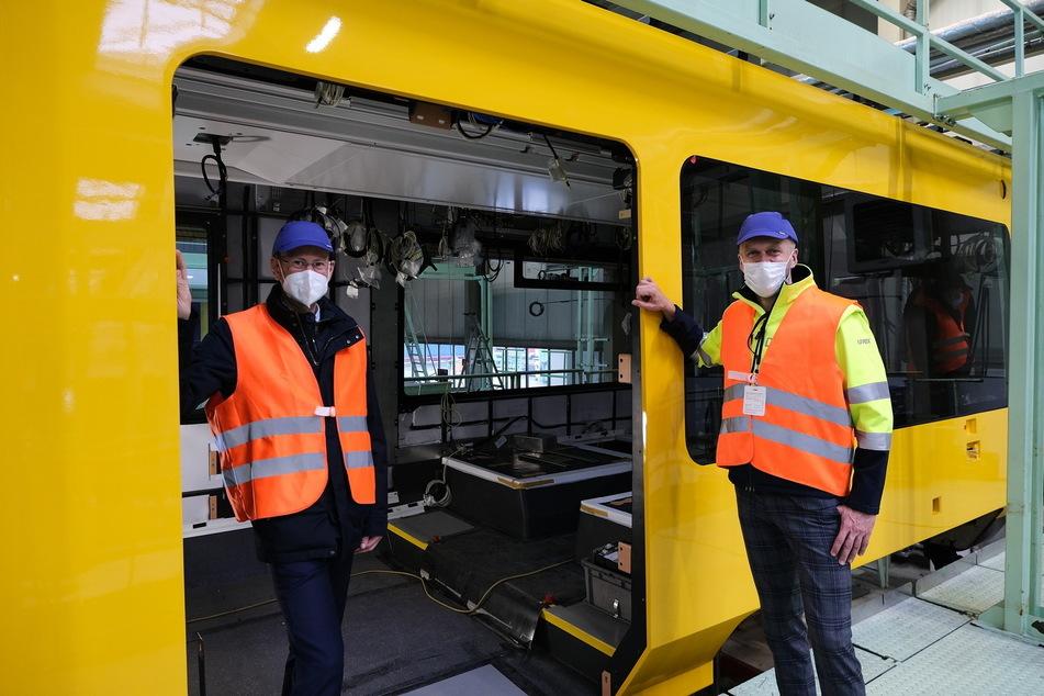 Die DVB-Vorstände Andreas Hemmersbach (52, l.) und Lars Seiffert (51) inspizieren den laufenden Innenausbau im ersten der insgesamt 30 neuen Stadtbahnwagen.