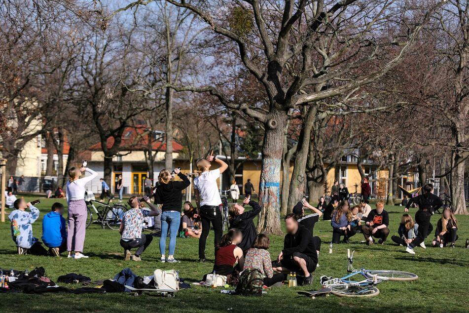 Im Alaunpark spielten Menschen Trinkspiele.