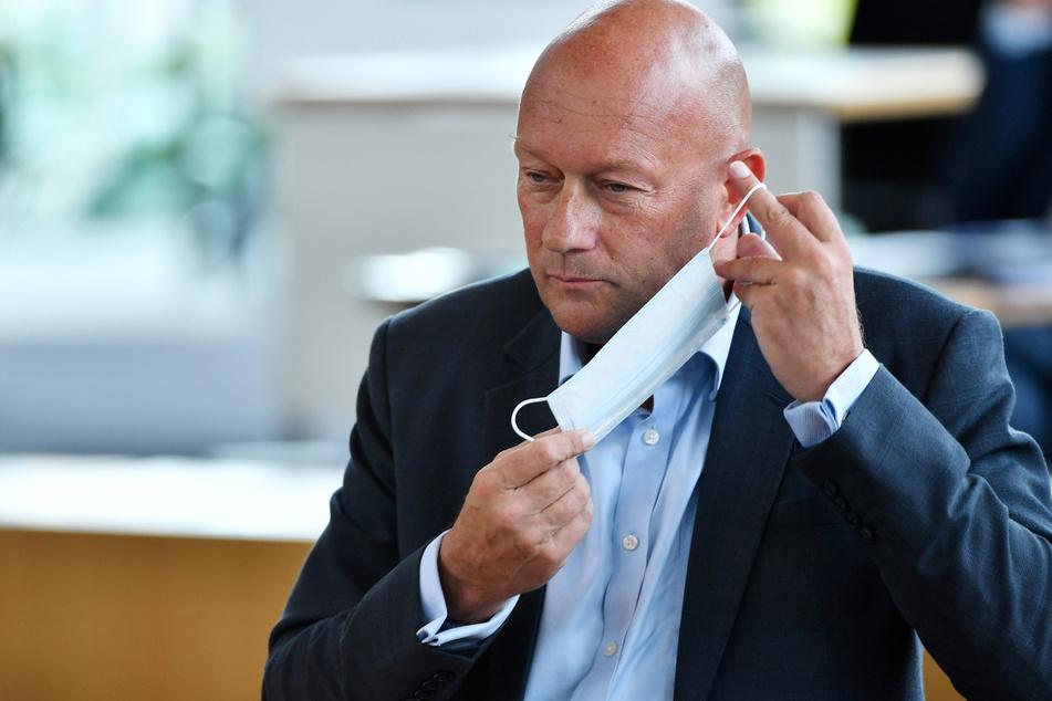 Thüringens früherer Ministerpräsident Thomas Kemmerich (55, FDP) nimmt im Thüringer Landtag die Maske ab.