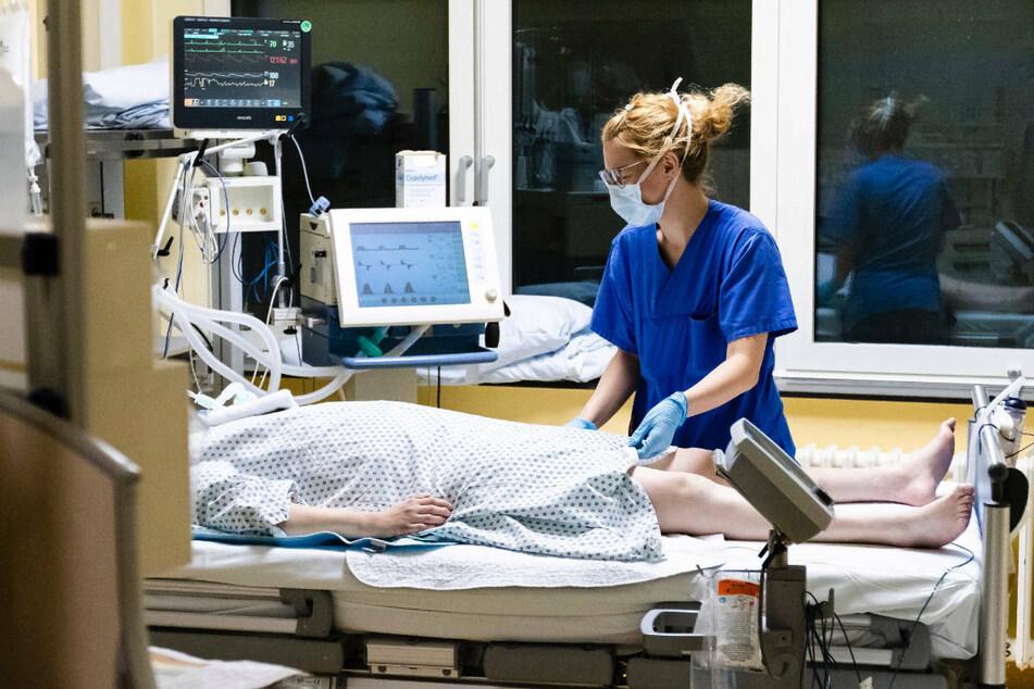 In Brandenburg sind derzeit elf Covid-19-Patienten auf Intensivstationen untergebracht. Damit sind 1,9 Prozent aller 594 Intensivbetten mit Corona-Patienten belegt, was im Ländervergleich einen niedrigen Anteil darstellt.