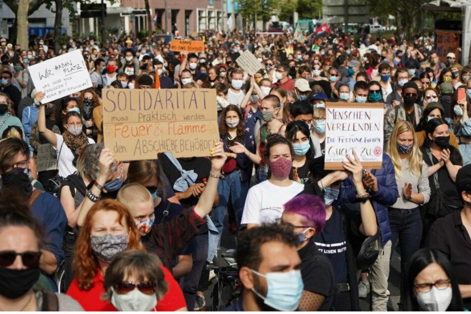 Teilnehmer einer Demonstration eines Bündnisses für die sofortige Evakuierung aller griechischen Lager halten Protestschilder.