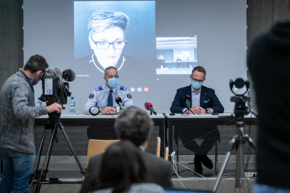 Matteo Cocchi (l.), Kommandant der Kantonspolizei Tessin, und Norman Gobbi (r.), Staatsrat von Tessin, nehmen gemeinsam mit der per Videostream dazu geschalteten Nicoletta della Valle (hinten), Direktorin des Bundesamts für Polizei (fedpol), an einer Pressekonferenz teil.