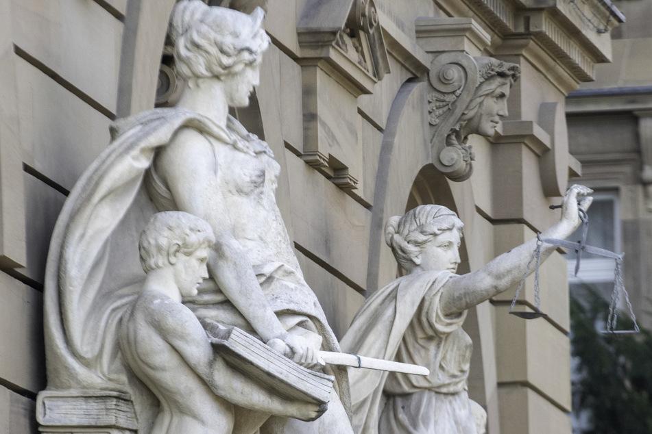 Ein 45-Jähriger muss sich wegen sexuellen Missbrauchs vor dem Ulmer Landgericht verantworten. (Symbolbild)