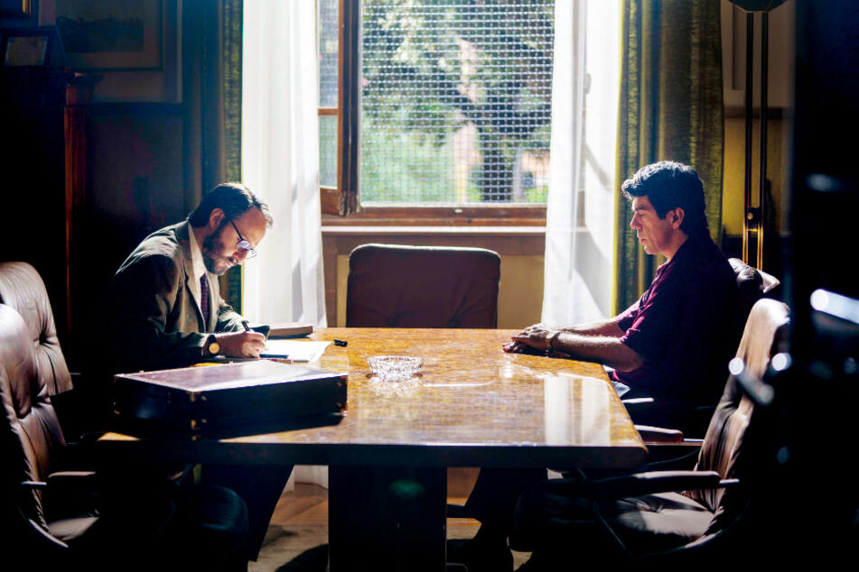 Tommaso Buscetta (r., Pierfrancesco Favino) im Gespräch mit Richter Giovanni Falcone (Fausto Russo Alesi).
