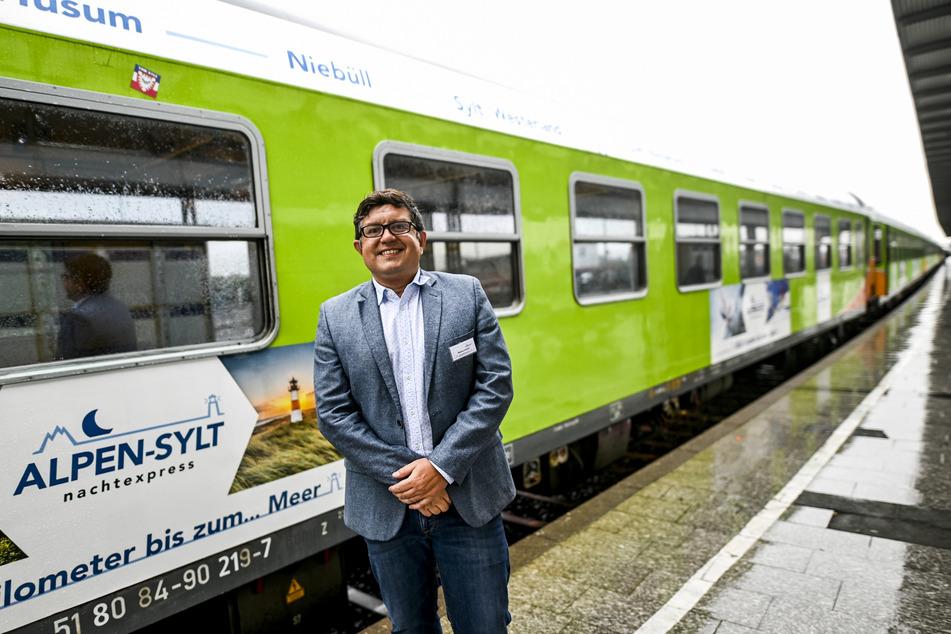 Markus Hunkel, Geschäftsführer RDC Deutschland, steht vor einem Alpen-Sylt-Nachtexpress-Zug.