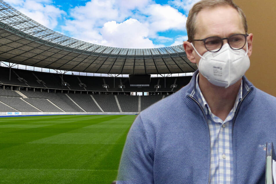 Mit Mund- und Nasenschutzmaske und Unterlagen unter dem Arm kommt Michael Müller (56, SPD) nach der Senatssitzung des Berliner Senats zur Pressekonferenz. Berlins Bürgermeister hat Gespräche zwischen Bundespolitik und der Deutschen Fußball Liga bestätigt.