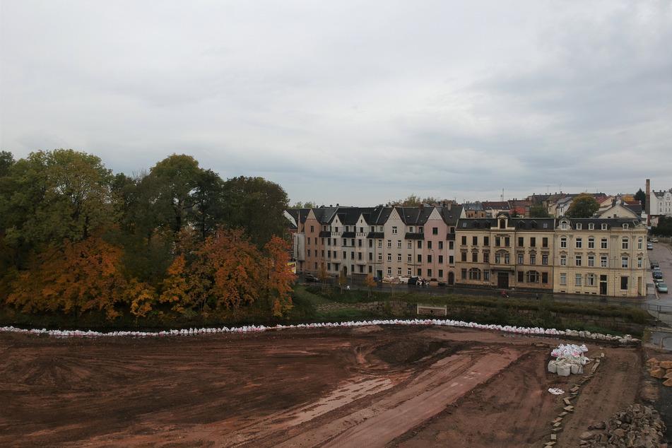 2020: Das Gelände wird modelliert, das Pleiße-Ufer umgeformt und der Hang mit Steinen gesichert.