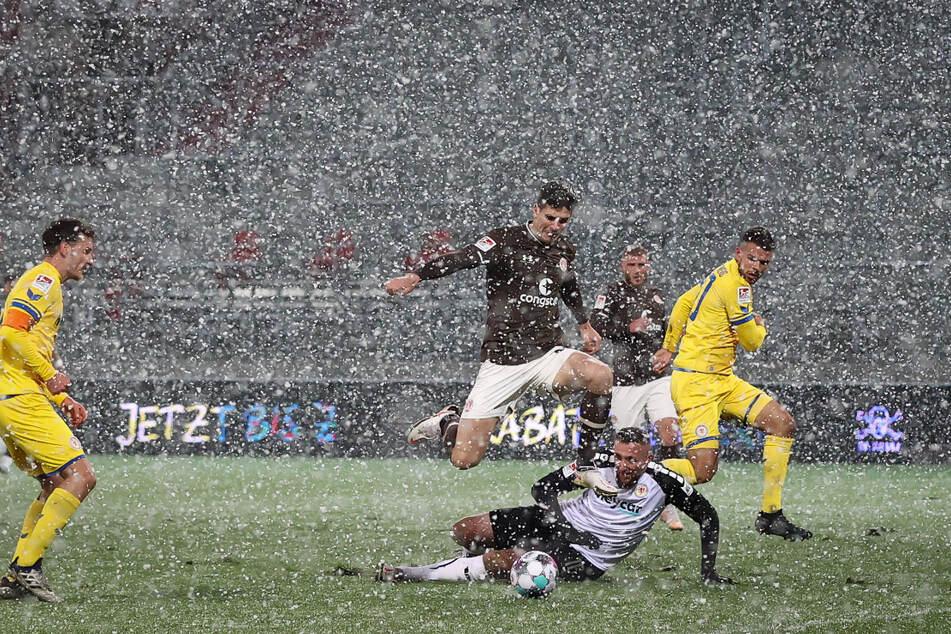 Am Montag spielte St. Pauli ganz stark gegen Braunschweig. Hier umkurvt Igor Matanovic (18) Eintracht-Keeper Jasmin Fejzic (34).