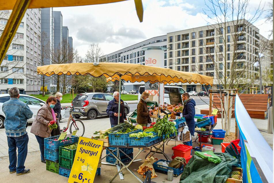 Der neue Wochenmarkt auf dem Bönischplatz wird sehr gut angenommen - von Kunden und Markttreibenden. Viele Händler stehen in der Wartespur, hoffen dort bald ihre Waren verkaufen zu können.