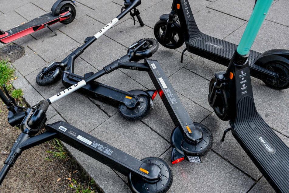 Kreuz und quer abgestellt: Frankfurt will E-Scooter regulieren
