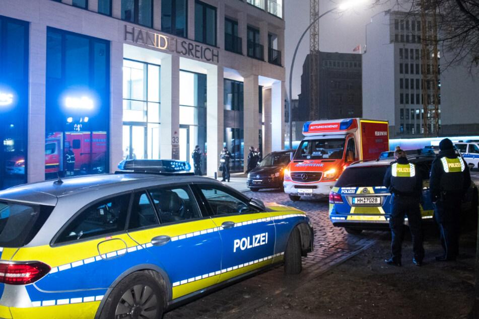 Einsatzkräfte der Polizei stehen im Stadtteil Neustadt vor dem Bürogebäude.