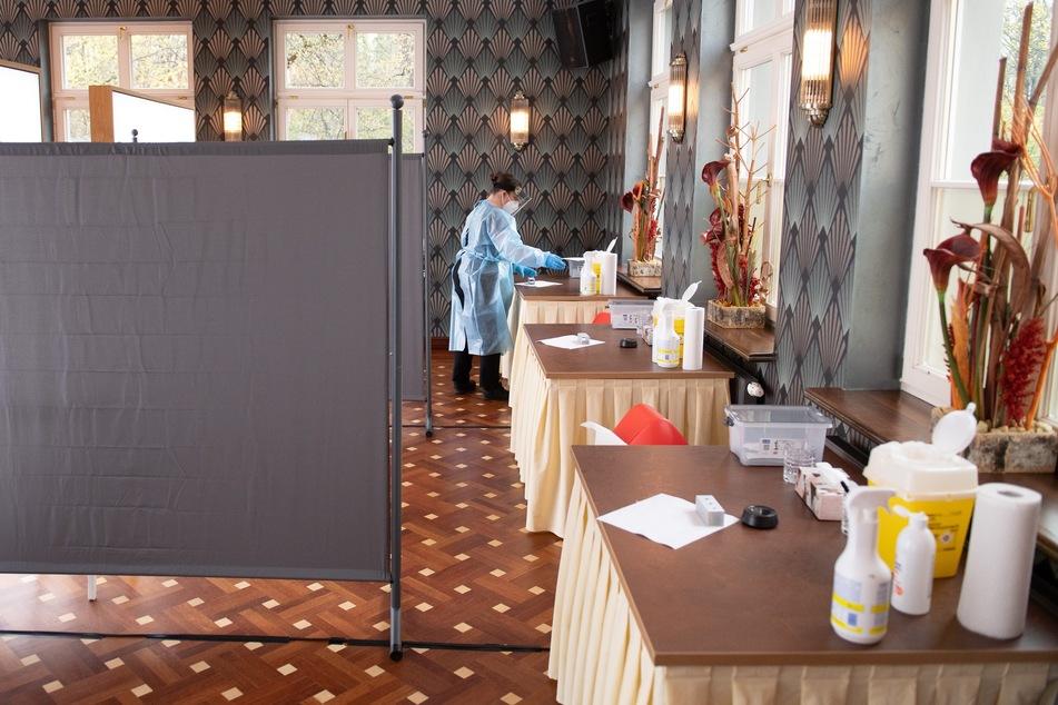 """Mandy Kanitz, Mitarbeiterin im """"Carolaschlösschen"""", bereitet im Restaurant einen Corona-Schnelltest vor. Das Gasthaus ist eines von mehr als 20 Testzentren in Dresden."""