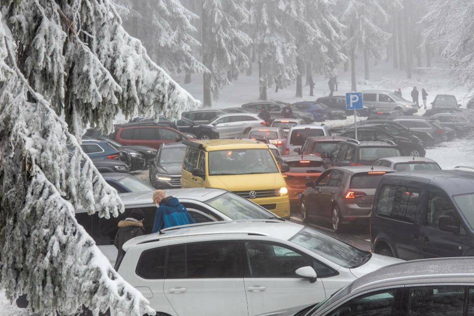Dicht an dicht stehen Autos auf einem Parkplatz im Taunus. Nachdem zahlreiche Menschen zwischen den Jahren auf den Großen Feldberg im Taunus wollten, musste die Polizei wegen Überlastung einige Zufahrtsstraßen sperren.