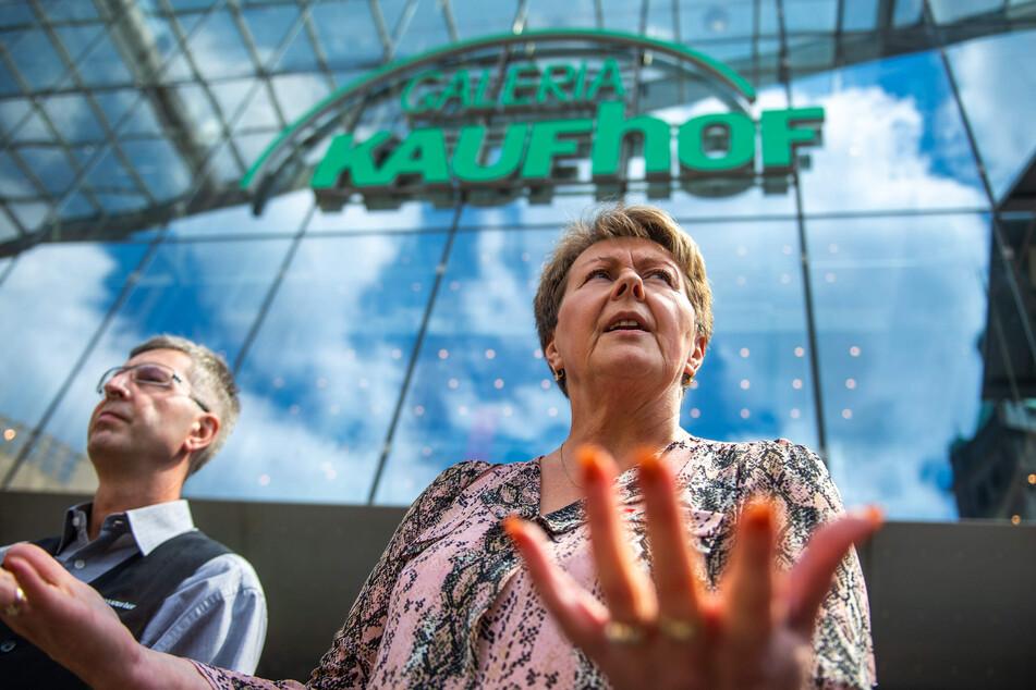Betriebsrat Christian Wehner (56, l.) und Gewerkschaftssekretärin Andrea Busch (55, ver.di) machen sich für den Erhalt der Kaufhof-Filiale stark.