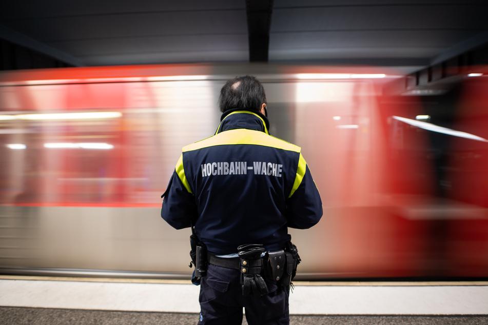 Ein Mitarbeiter der Hochbahn-Wache ist an einer Haltestelle im Einsatz bei Kontrollen zur Einhaltung der Maskenpflicht im Rahmen eines bundesweiten Aktionstages.